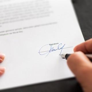 ¿Qué debo saber antes de firmar un contrato?