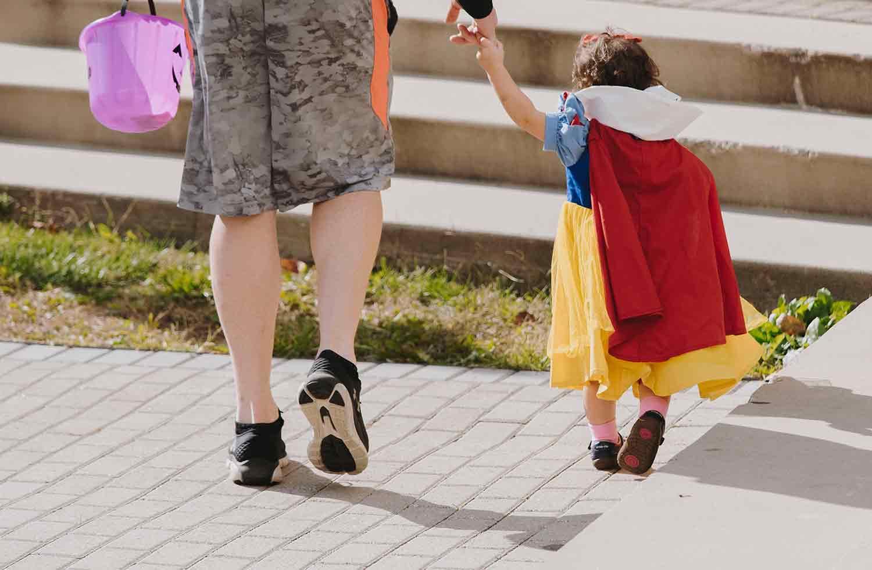 paseo, madre, hijos, niña, disfraz