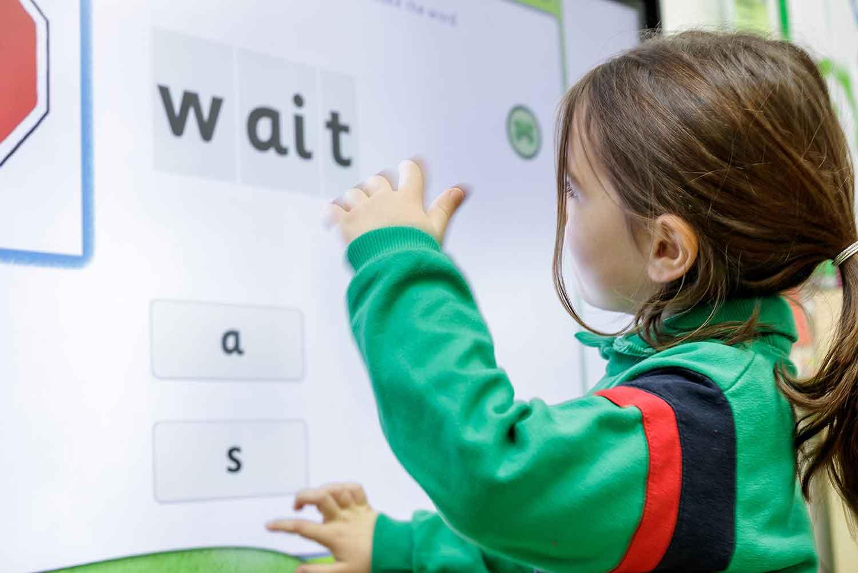 Montessori, alumna, clase, niña, pizarra, inglés
